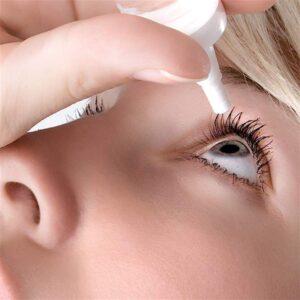 Øjendråber er kunstige tårer. Der findes i dag rigtig mange forskellige. Man må prøve sig frem, og finde det middel, som hjælper en bedst. Det kan være en god ide, at skifte lidt mellem de forskellige øjensalver og øjendråber. Pas på, hvis der er konserveringsmiddel i produktet, prøv at undgå det. Dog findes der nogle konserveringsmidler, som er ok for øjet.